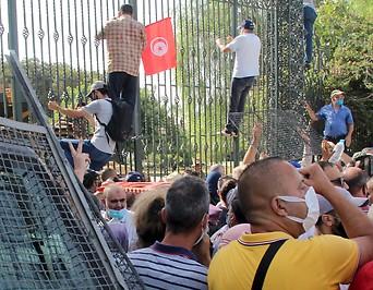 Demonstranten vor dem Parlament in Tunis