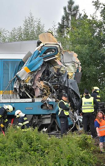 Polizei und Feuerwehr beim verunglückten Zug in Tschechien
