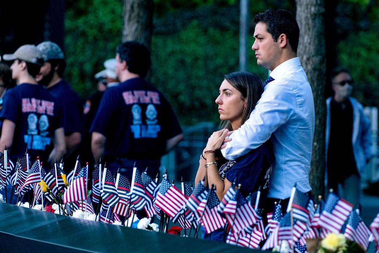Katie Mascali und ihr Verlobter Andre Jabban stehen neben dem Namen von Vater Joseph Mascali an der 9/11-Gedenkstätte in Manhattan