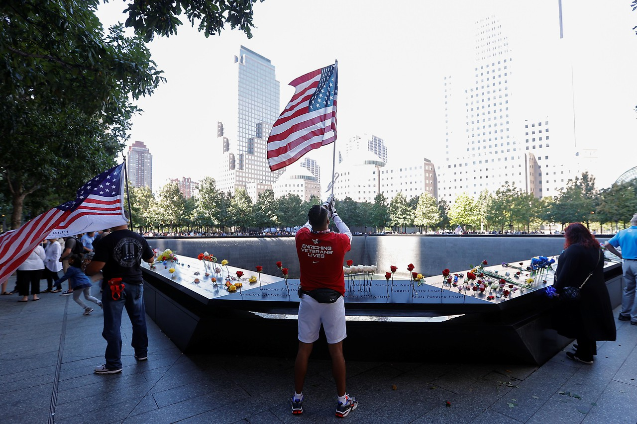 Kavir Acosta mit der US-Flagge vor dem 9/11-Denkmal in Manhattan