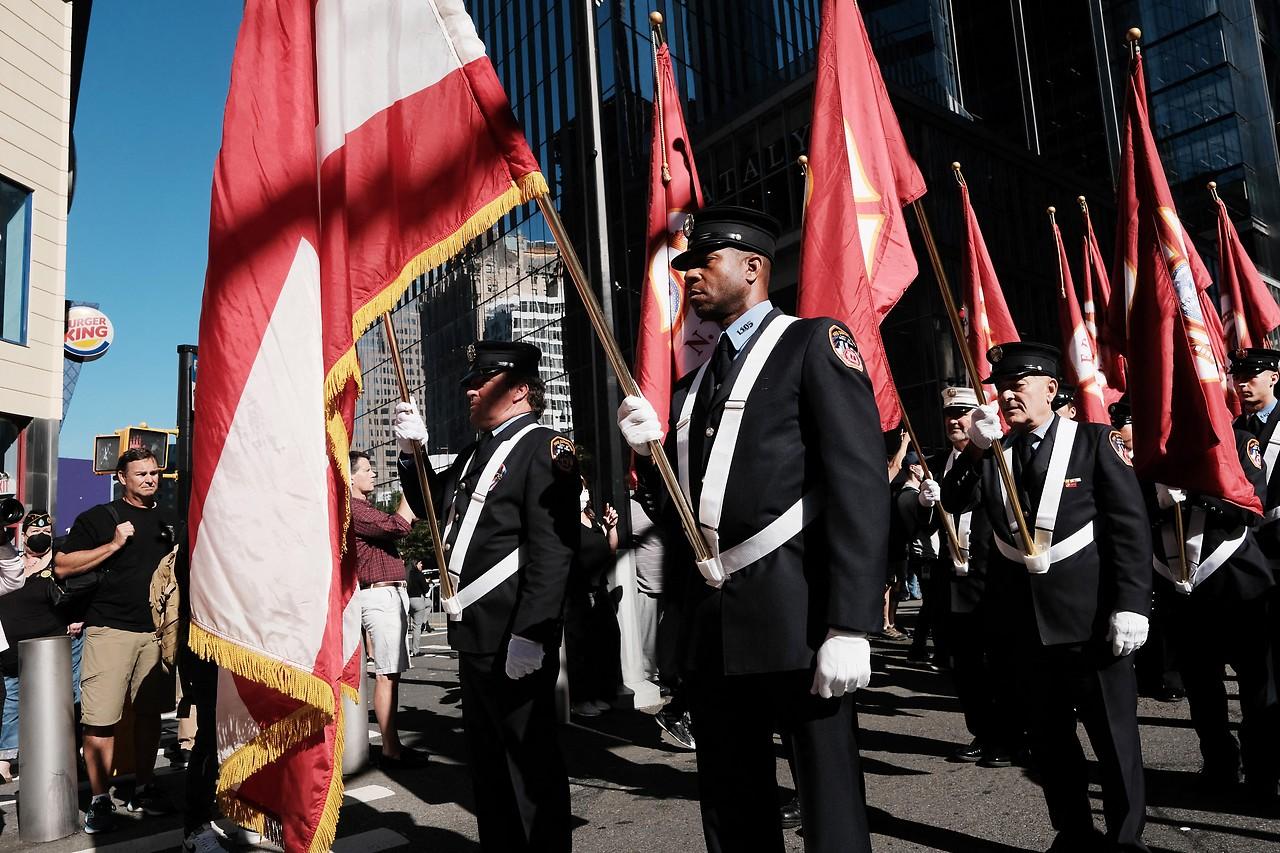 Feuerwehrleute beim Gedenken an die Terroranschläge in New York vor 20 Jahren