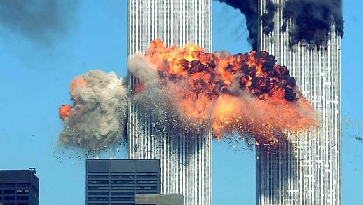 Feuerball im Südturm des World Trade Centers und schwarzer Rauch dringt aus dem Nordturm