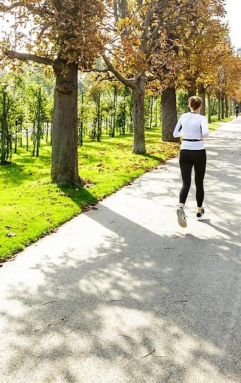 Eine Läuferin im herbstlichen Volkasgarten.