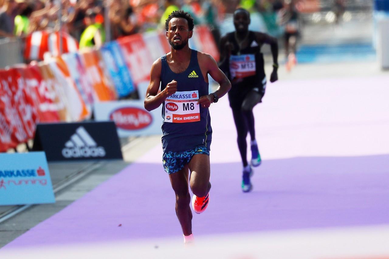 Finish line by Derara Hurisa (Ethiopia) and Leonard Langat (Kenya)