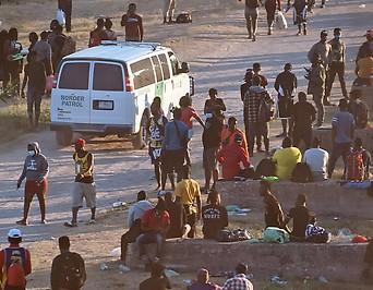 Fahrzeug der US-Grenzpatroullie neben zahlreichen Asylsuchenden in Del Rio, Texas, nahe der Grenze