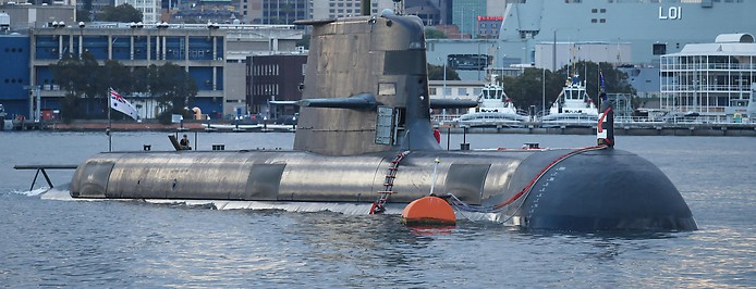 Ein australisches U-Boot der Collins-Klasse im Hafen von Sydney