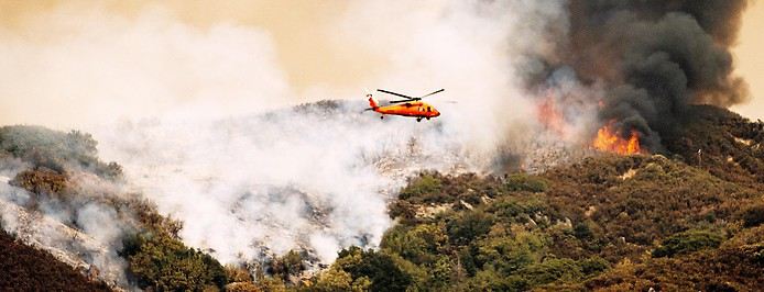Löschhubschrauber über Brand imSequoia National Park