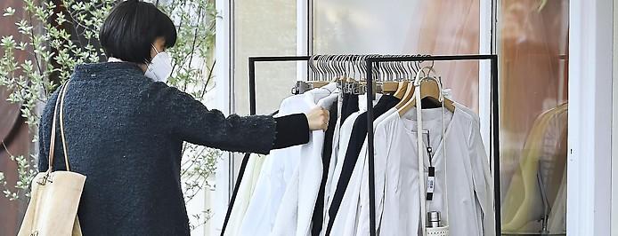 Frau betrachtet das Angebot eines Modegeschäfts
