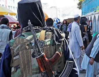 Rückenansicht eines bewaffneten Soldaten der Taliban in Kabul