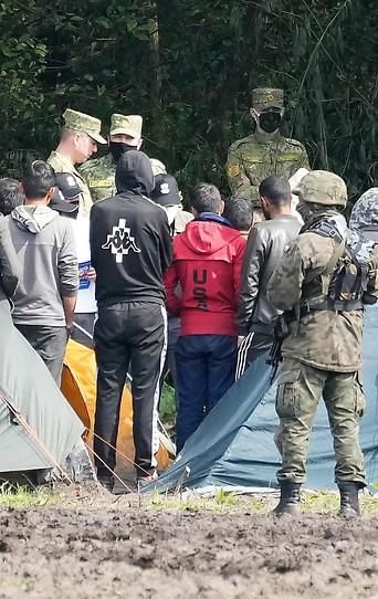 Polnisches Militär und Flüchtlinge an der Grenze zu Belarus