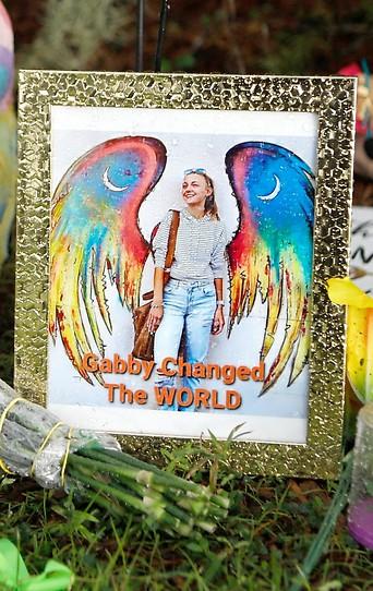 Blumen und Bilder für die verstorbene US-Influencerin Gabby Petito
