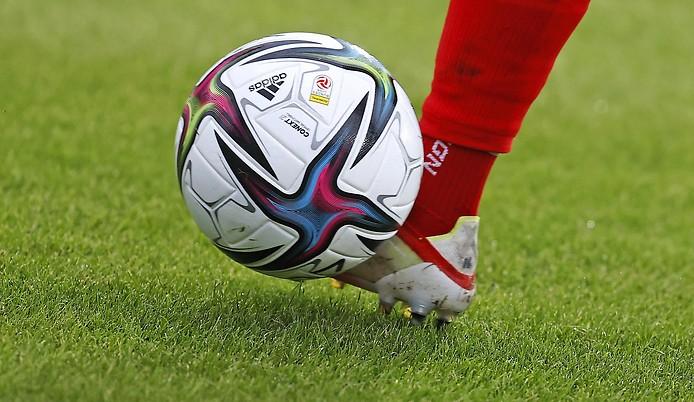 Beine eines Spielers mit Ball
