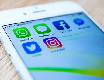 Mobile Social-Mediennutzung auf einem Smartphone