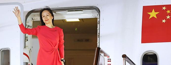Huawei-Finanzchefin Meng Wanzhou winkt beim Verlassen des Flugzeugs
