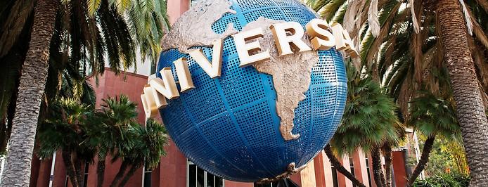 Logo der Universal Music Group vor der Zentrale in Santa Monica