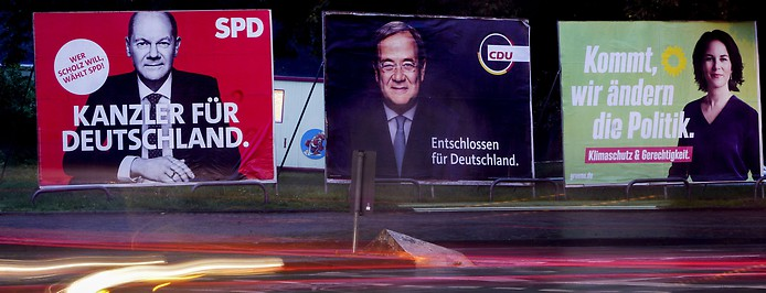 Wahlplakate im Abendlicht von Rot, Schwarz, Grün