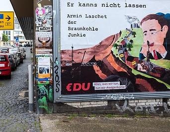Passant neben Wahlplakat in Deutschland
