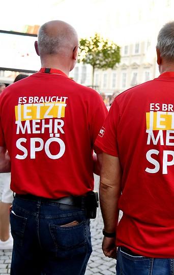 Drei Personen mit SPÖ T-Shirts.