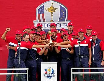 Golf Team der USA mit Ryder Cup Pokal