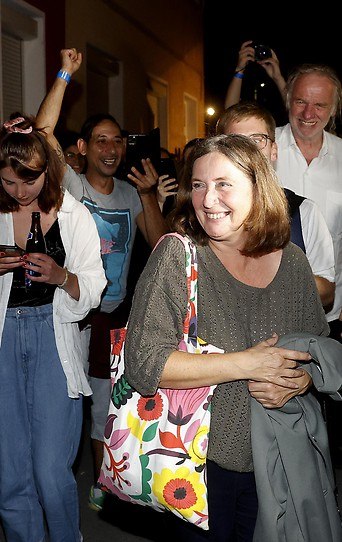 Elke Kahr und KPÖ-Klubobfrau Claudia Klimt-Weithaler bei einer Wahlparty der KPÖ.