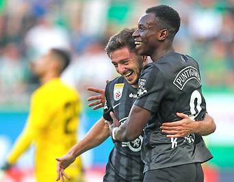 Jubel der Sturm-Spieler Otar Kiteishvili und Kelvin Yeboah