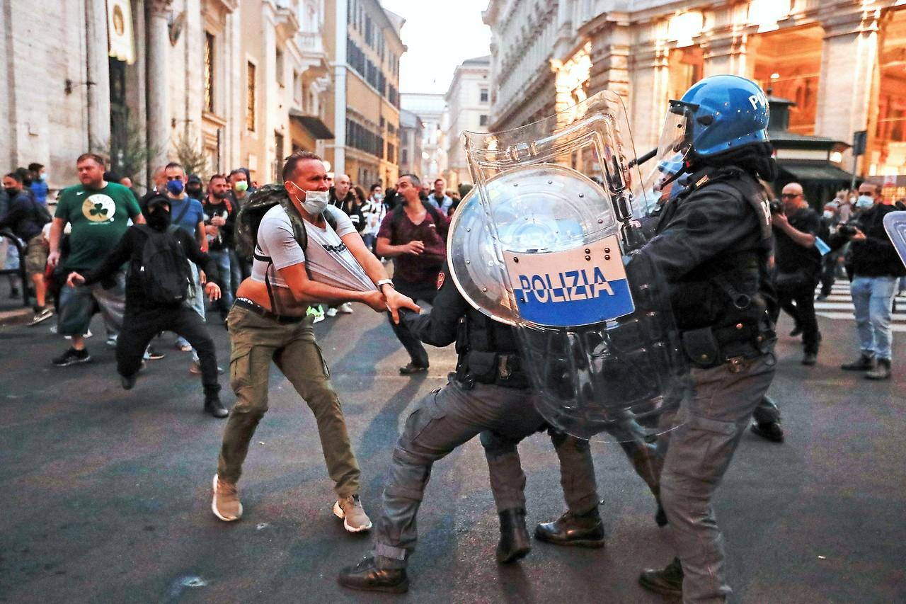 Scontri tra polizia e manifestanti a Roma contro l'introduzione del Green Pass