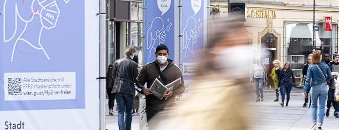 Menschen mit Maske in Einkaufsstraße