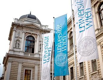 Fahnen vor der Hauptuniversität Wien