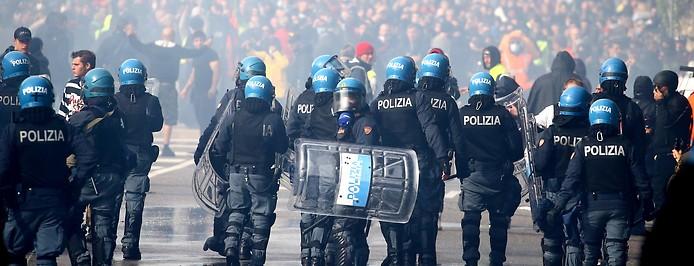 Polizisten bei der Räumung der Demonstranten im Hafen von Triest.