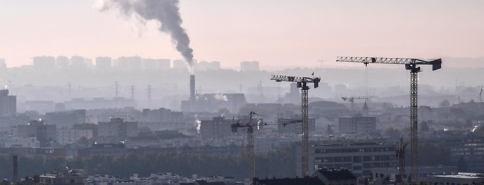 Aufsteigender Rauch aus einem Rauchfang über der Stadt Lyon.