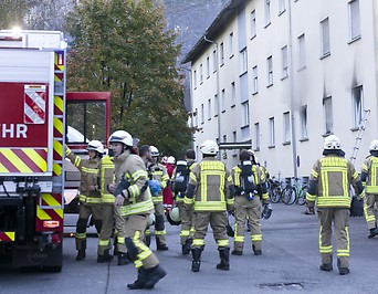 Einsatzkräfte vor dem Wohnhaus