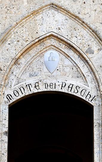 Eingang des Hauptsitzes der italienischen Bank Monte dei Paschi di Siena