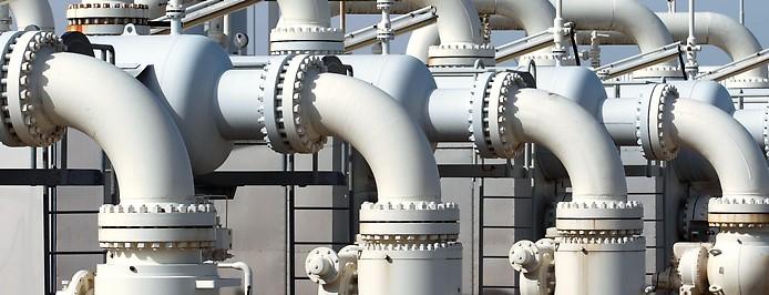 Gasleitungen in einem Verteilerzentrum