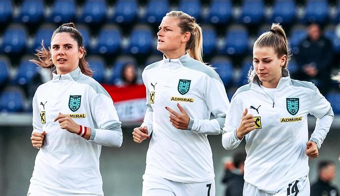 ÖFB-Spielerinnen Sarah Zadrazil, Carina Wenninger und Marie Therese Hoebinger