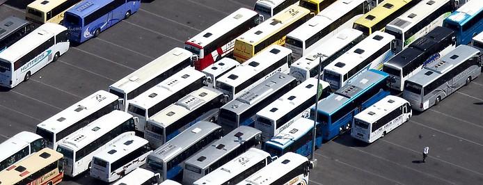 Mehrere Busse auf einem Parkplatz