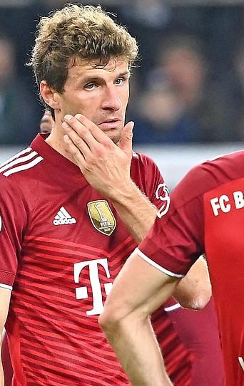 Die enttäuschten Bayen-Spieler Thomas Mueller und Robert Lewandowski
